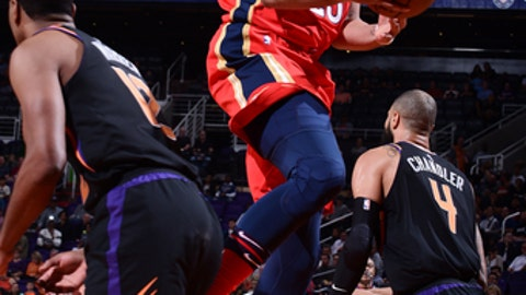 PHOENIX, AZ - NOVEMBER 24:  Anthony Davis #23 of the New Orleans Pelicans drives to the basket Phoenix Suns on November 24, 2017 at Talking Stick Resort Arena in Phoenix, Arizona. NOTE TO USER: User expressly acknowledges and agrees that, by downloading and or using this photograph, user is consenting to the terms and conditions of the Getty Images License Agreement. Mandatory Copyright Notice: Copyright 2017 NBAE (Photo by Michael Gonzales/NBAE via Getty Images)