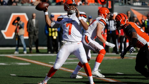 Cleveland Browns quarterback DeShone Kizer passes in the first half of an NFL football game against the Cincinnati Bengals, Sunday, Nov. 26, 2017, in Cincinnati. (AP Photo/Frank Victores)