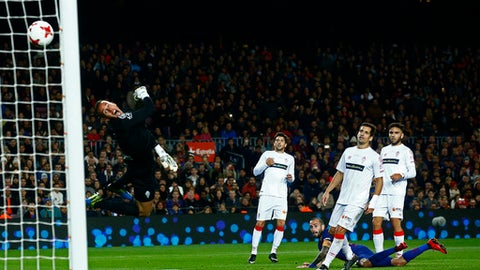 FC Barcelona's Aleix Vidal scores during a Spanish Copa del Rey round of 32 second leg soccer match between FC Barcelona and Murcia at the Camp Nou stadium in Barcelona, Wednesday, Nov. 29, 2017. (AP Photo/Manu Fernandez)