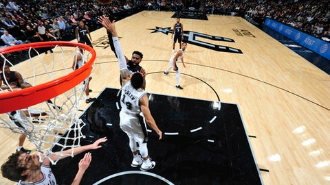 Spurs SF Kyle Anderson leaves game with knee injury