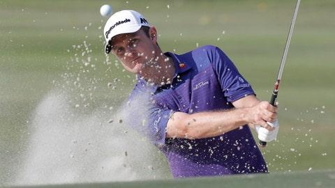 Justin Rose of England hits a bunker shot on the 18th hole at the Hong Kong Open golf tournament in Hong Kong, Sunday, Nov. 26, 2017. (AP Photo/Kin Cheung)