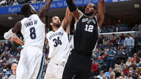 MEMPHIS, TN - DECEMBER 1:  LaMarcus Aldridge #12 of the San Antonio Spurs shoots the ball against Brandan Wright #34 of the Memphis Grizzlies on December 1, 2017 at FedExForum in Memphis, Tennessee. NOTE TO USER: User expressly acknowledges and agrees that, by downloading and or using this photograph, User is consenting to the terms and conditions of the Getty Images License Agreement. Mandatory Copyright Notice: Copyright 2017 NBAE (Photo by Joe Murphy/NBAE via Getty Images)