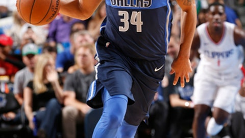 DALLAS, TX - DECEMBER 2: Devin Harris #34 of the Dallas Mavericks handles the ball against the LA Clippers on December 2, 2017 at the American Airlines Center in Dallas, Texas. NOTE TO USER: User expressly acknowledges and agrees that, by downloading and or using this photograph, User is consenting to the terms and conditions of the Getty Images License Agreement. Mandatory Copyright Notice: Copyright 2017 NBAE (Photo by Glenn James/NBAE via Getty Images)