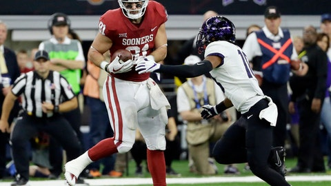 Oklahoma tight end Mark Andrews (81) catches a touchdown pass in front of TCU safety Nick Orr (18) in the second half of the Big 12 Conference championship NCAA college football game, Saturday, Dec. 2, 2017, in Arlington, Texas. (AP Photo/Tony Gutierrez)