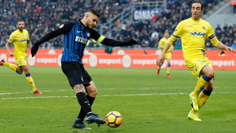 Inter Milan's Mauro Icardi, left, scores a goal during the Serie A soccer match between Inter Milan and Chievo Verona at the San Siro stadium in Milan, Italy, Sunday, Dec. 3, 2017. (AP Photo/Antonio Calanni)