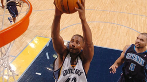 MEMPHIS, TN - JANUARY 3: Lorenzen Wright #42 of the Memphis Grizzlies goes up for a dunk during a game against the Utah Jazz at FedexForum on January 3, 2005 in Memphis, Tennessee. NOTE TO USER: User expressly acknowledges and agrees that, by downloading and or using this photograph, User is consenting to the terms and conditions of the Getty Images License Agreement. Mandatory Copyright Notice: Copyright 2005 NBAE (Photo by Joe Murphy/NBAE via Getty Images)