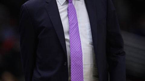 CHICAGO, IL - NOVEMBER 17:  Head coach Steve Clifford of the Charlotte Hornets gives instruction to his team during a game against the Chicago Bulls at the United Center on November 17, 2017 in Chicago, Illinois. The Bulls defeated the Hornets 123-120. NOTE TO USER: User expressly acknowledges and agrees that, by downloading and or using this photograph, User is consenting to the terms and conditions of the Getty Images License Agreement.  (Photo by Jonathan Daniel/Getty Images)