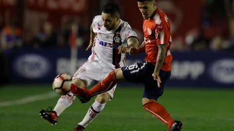 Brazil's Flamengo Para, left, fights for the ball with Argentina's Independiente Fabricio Bustos during a Copa Sudamericana first leg final soccer match in Buenos Aires, Argentina, Wednesday, Dec. 6, 2017. (AP Photo/Natacha Pisarenko)