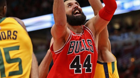 CHICAGO, IL - DECEMBER 13:  Nikola Mirotic #44 of the Chicago Bulls drives between Derrick Favors #15 (L) and Rudy Gobert #27 of the Utah Jazz at the United Center on December 13, 2017 in Chicago, Illinois. NOTE TO USER: User expressly acknowledges and agrees that, by downloading and or using this photograph, User is consenting to the terms and conditions of the Getty Images License Agreement. (Photo by Jonathan Daniel/Getty Images)