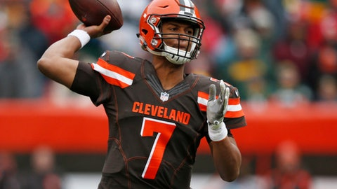 """FILE - In this Dec. 10, 2017, file photo, Cleveland Browns quarterback DeShone Kizer throws a pass against the Green Bay Packers in the first half of an NFL football game in Cleveland. """"If we are going to go and get our first win, we would love to get it in front of our home crowd,"""" said Kizer. (AP Photo/Ron Schwane, File)"""