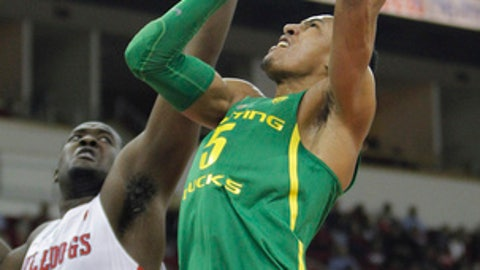 Oregon's Elijah Brown goes up against Fresno State's Terrell Carter II in the first half of an NCAA college basketball game in Fresno, Calif., Saturday, Dec. 16, 2017. (AP Photo/Gary Kazanjian)