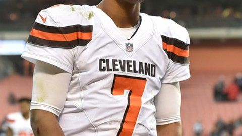 Cleveland Browns quarterback DeShone Kizer walks off the field after the Baltimore Ravens defeated the Browns 27-10 in an NFL football game, Sunday, Dec. 17, 2017, in Cleveland. (AP Photo/David Richard)
