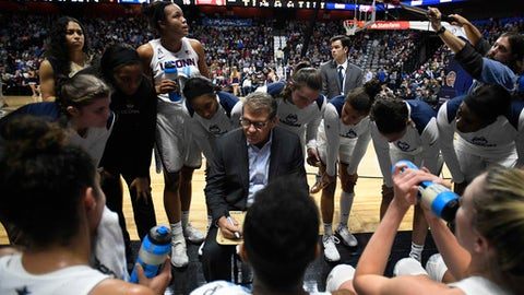 Connecticut head coach Geno Auriemma, center, talks to his team at the end of the first quarter an NCAA college basketball game against Oklahoma, Tuesday, Dec. 19, 2017, in Uncasville, Conn. (AP Photo/Jessica Hill)