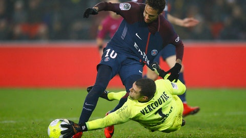 PSG's Neymar, left, challenges for the ball with Caen's goalkeeper Remy Vercoutre during the French League One soccer match between Paris Saint Germain and Caen, at the Parc des Princes stadium in Paris, France, Wednesday, Dec. 20, 2017. (AP Photo/Francois Mori)