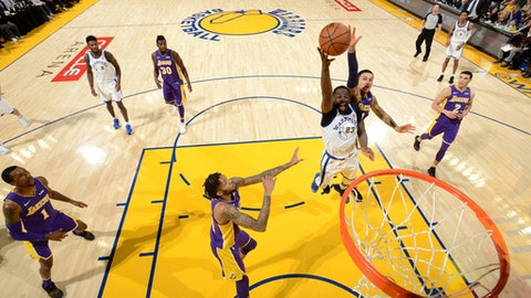 OAKLAND, CA - DECEMBER 22:  Draymond Green #23 of the Golden State Warriors drives to the basket against the Los Angeles Lakers on December 22, 2017 at ORACLE Arena in Oakland, California. NOTE TO USER: User expressly acknowledges and agrees that, by downloading and or using this photograph, user is consenting to the terms and conditions of Getty Images License Agreement. Mandatory Copyright Notice: Copyright 2017 NBAE (Photo by Noah Graham/NBAE via Getty Images)
