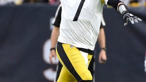 Pittsburgh Steelers quarterback Ben Roethlisberger (7) throws a pass against the Houston Texans during the first half of an NFL football game Monday, Dec. 25, 2017, in Houston. (AP Photo/Eric Christian Smith)