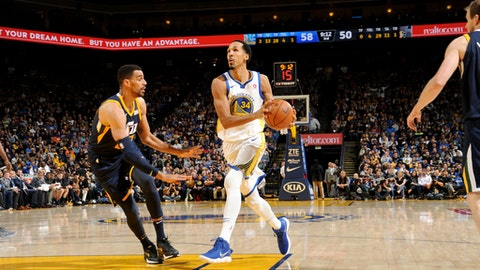 OAKLAND, CA - DECEMBER 27: Shaun Livingston #34 of the Golden State Warriors handles the ball against the Utah Jazz on December 27, 2017 at ORACLE Arena in Oakland, California. NOTE TO USER: User expressly acknowledges and agrees that, by downloading and or using this photograph, user is consenting to the terms and conditions of Getty Images License Agreement. Mandatory Copyright Notice: Copyright 2017 NBAE (Photo by Noah Graham/NBAE via Getty Images)