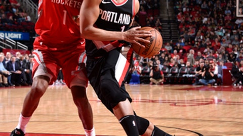 HOUSTON, TX - JANUARY 10:  Evan Turner #1 of the Portland Trail Blazers handles the ball against Trevor Ariza #1 of the Houston Rockets on January 10, 2018 at the Toyota Center in Houston, Texas. NOTE TO USER: User expressly acknowledges and agrees that, by downloading and or using this photograph, User is consenting to the terms and conditions of the Getty Images License Agreement. Mandatory Copyright Notice: Copyright 2018 NBAE (Photo by Bill Baptist/NBAE via Getty Images)