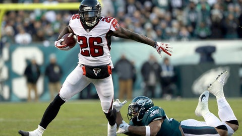 Atlanta Falcons' Tevin Coleman (26) slips past Philadelphia Eagles' Mychal Kendricks (95) during the first half of an NFL divisional playoff football game, Saturday, Jan. 13, 2018, in Philadelphia. (AP Photo/Michael Perez)