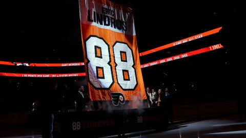 Former Philadelphia Flyers player Eric Lindros, right, watches as a banner with his number is hoisted to the rafters during a jersey retirement ceremony before an NHL hockey game between the Flyers and the Toronto Maple Leafs, Thursday, Jan. 18, 2018, in Philadelphia. (AP Photo/Matt Slocum)