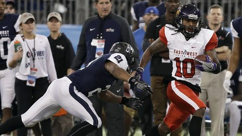 East wide receiver Daurice Fountain (10), of Northern Iowa, eludes West's Justin Jackson (21), of Northwestern, during the second half of the East West Shrine football game Saturday, Jan. 20, 2018, in St. Petersburg, Fla. The West won the game 14-10.(AP Photo/Chris O'Meara)