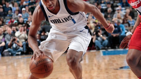 DALLAS, TX - JANUARY 22:  Dennis Smith Jr. #1 of the Dallas Mavericks handles the ball against the Washington Wizards on January 22, 2018 at the American Airlines Center in Dallas, Texas. NOTE TO USER: User expressly acknowledges and agrees that, by downloading and or using this photograph, User is consenting to the terms and conditions of the Getty Images License Agreement. Mandatory Copyright Notice: Copyright 2018 NBAE (Photo by Glenn James/NBAE via Getty Images)