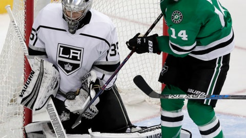 Los Angeles Kings goalie Darcy Kuemper (35) blocks a shot under pressure from Dallas Stars left wing Jamie Benn (14) in the third period of an NHL hockey game Tuesday, Jan. 30, 2018, in Dallas. (AP Photo/Tony Gutierrez)