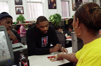 Clippers Weekly: Evans, Thornwell visit Ben's Chilli Bowl in DC