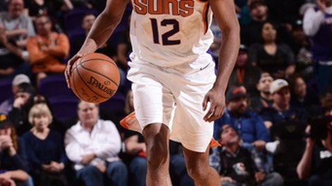 PHOENIX, AZ - JANUARY 31: TJ Warren #12 of the Phoenix Suns handles the ball during the game against the Dallas Mavericks on January 31, 2018 at Talking Stick Resort Arena in Phoenix, Arizona. NOTE TO USER: User expressly acknowledges and agrees that, by downloading and or using this photograph, user is consenting to the terms and conditions of the Getty Images License Agreement. Mandatory Copyright Notice: Copyright 2018 NBAE (Photo by Michael Gonzales/NBAE via Getty Images)