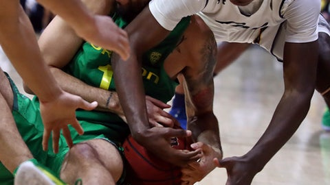 Oregon's Paul White, left, and California's Juhwan Harris-Dyson fight for the ball in the second half of an NCAA college basketball game Thursday, Feb. 1, 2018, in Berkeley, Calif. (AP Photo/Ben Margot)