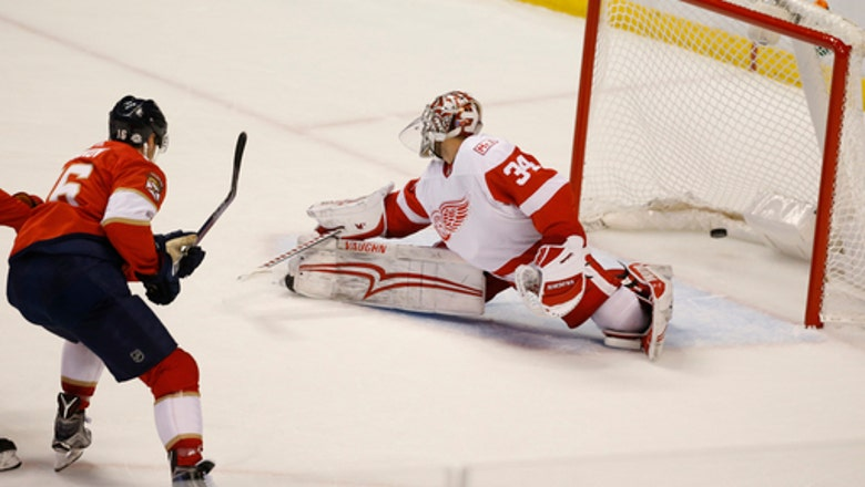Flyers get goaltender Petr Mrazek from Red Wings