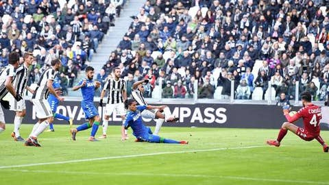 Juventus spank Sassuolo, but Napoli stay top