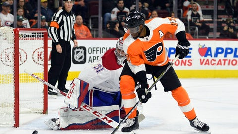 Philadelphia Flyers' Wayne Simmonds stands in front of Montreal Canadiens goalie Carey Price (31) as Price looks for the puck during the second period of an NHL hockey game Thursday, Feb. 8, 2018, in Philadelphia. (AP Photo/Derik Hamilton)