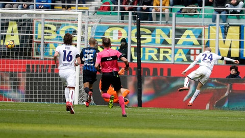 Bologna's Rodrigo Palacio, right, scores his side's opening goal during the Serie A soccer match between Inter Milan and Bologna at the San Siro stadium in Milan, Italy, Sunday, Feb. 11, 2018. (AP Photo/Antonio Calanni)