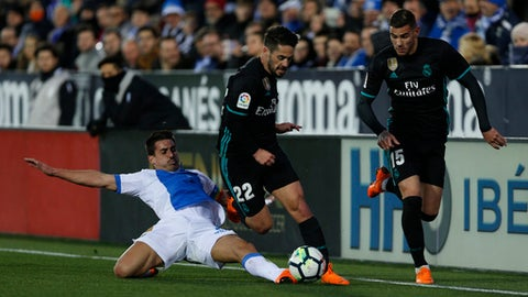 "Real Madrid's Francisco Roman ""Isco"", centre, with Leganes' Gabriel Appelt, left, during a Spanish La Liga soccer match between Real Madrid and Leganes at the Butarque stadium in Leganes, outside Madrid, Wednesday, Feb. 21, 2018. (AP Photo/Francisco Seco)"
