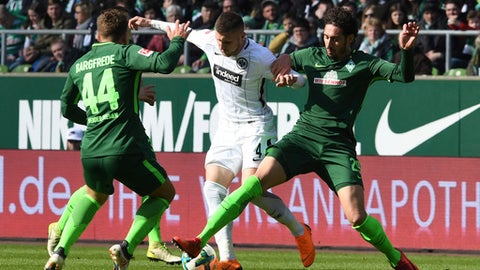 Bremen's Philipp Bargfrede, left, and Ishak Belfodil, right, challenge with Frankfurt's  Ante Rebic, center, during the German Bundesliga soccer match between SV Werder Bremen and Eintracht Frankfurt, in Bremen, northern Germany, Sunday, April 1, 2018. (Carmen Jaspersen/dpa via AP)