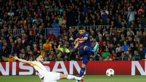 Barcelona's Luis Suarez, right, tries to score as Roma's Alessandro Florenzi tries to stop him during a Champions League quarter-final, first leg soccer match between FC Barcelona and Roma at the Camp Nou stadium in Barcelona, Spain, Wednesday, April 4, 2018.(AP Photo/ Manu Fernandez)