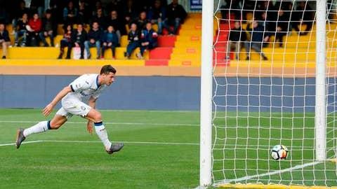 Atalanta's Remo Freuler scores during a Serie A soccer match between Benevento and Atalanta at the Ciro Vigorito stadium in Benevento, Italy, Wednesday, April 18, 2018. (Mario Taddeo/ANSA via AP)