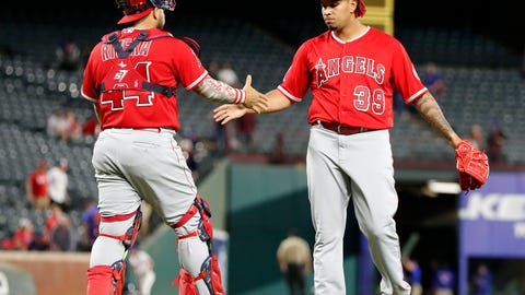 Richards guides Angels to 7th consecutive win