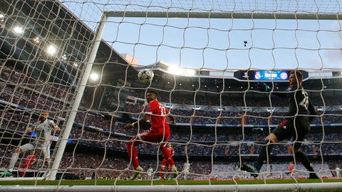 Real Madrid's Karim Benzema, left, scores his side's opening goal past Bayern's David Alaba, center, and goalkeeper Sven Ulreich during the Champions League semifinal second leg soccer match between Real Madrid and FC Bayern Munich at the Santiago Bernabeu stadium in Madrid, Spain, Tuesday, May 1, 2018. (AP Photo/Paul White)