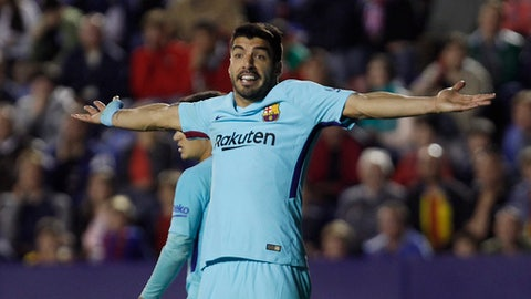 FC Barcelona's Luis Suarez protests to the referee during the Spanish La Liga soccer match between Levante and Barcelona at the Ciutat de Valencia stadium in Valencia, Spain, Sunday, May 13, 2018. (AP Photo/Alberto Saiz)