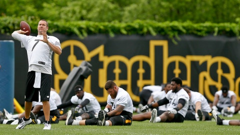 Pittsburgh Steelers quarterback Ben Roethlisberger (7) passes to warm up as the offense stretches during NFL football practice, Tuesday, May 22, 2018, in Pittsburgh. (AP Photo/Keith Srakocic)