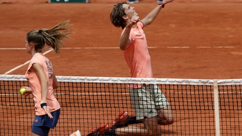 Germany's Alexander Zverev celebrates winning his fourth round match of the French Open tennis tournament against Russia's Karen Khachanov in five sets 4-6, 7-6 (7-4), 2-6, 6-3, 6-3, at the Roland Garros stadium in Paris, France, Sunday, June 3, 2018. (AP Photo/Alessandra Tarantino)