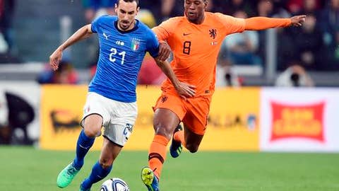 Italy's Davide Zappacosta and Netherlands' Georginio Wijnaldum vie for the ball during the friendly soccer match between Italy and The Netherlands at the Allianz Stadium in Turin, Italy, Monday, June 4, 2018 (Alessandro Di Marco/ANSA via AP)