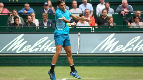 Roger Federer returns the ball to Boran Coric during the final match at the Gerry Weber Open ATP tennis tournament in Halle, Germany, Sunday, June 24, 2018. (Friso Gentsch/dpa via AP)