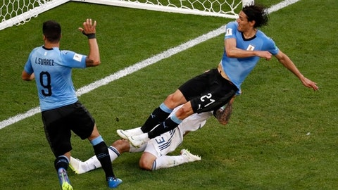 Uruguay's Edinson Cavani, right, scores his side's third goal as Uruguay's Luis Suarez, assists him during the group A match between Uruguay and Russia at the 2018 soccer World Cup at the Samara Arena in Samara, Russia, Monday, June 25, 2018. (AP Photo/Efrem Lukatsky)