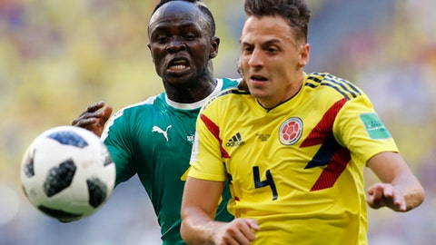 Colombia's Santiago Arias, foreground, and Senegal's Sadio Mane challenge for the ball during the group H match between Senegal and Colombia, at the 2018 soccer World Cup in the Samara Arena in Samara, Russia, Thursday, June 28, 2018. (AP Photo/Efrem Lukatsky)