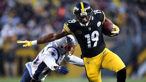 PITTSBURGH, PA - DECEMBER 17: JuJu Smith-Schuster #19 of the Pittsburgh Steelers runs with the ball against Eric Rowe #25 of the New England Patriots after a catch in the first half during the game at Heinz Field on December 17, 2017 in Pittsburgh, Pennsylvania. (Photo by Joe Sargent/Getty Images)