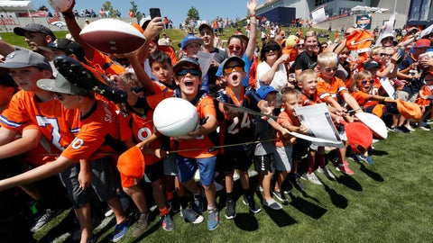 <p>               Fans call for Denver Broncos linebacker Von Miller to sign autographs an NFL football training camp Thursday, Aug. 9, 2018, in Englewood, Colo. (AP Photo/David Zalubowski)             </p>