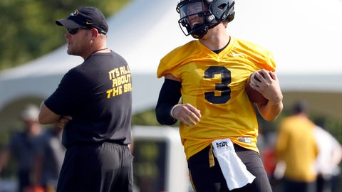 <p>               File-This Aug. 3, 2018, file photo shows Missouri quarterback Drew Lock, right, smiling as he runs past head coach Barry Odom during an NCAA college football practice in Columbia, Mo. When former Missouri offensive coordinator Josh Heupel left to become the head coach at Central Florida last year, it meant that Lock would play his senior season with a third offensive coordinator in four years. (AP Photo/Jeff Roberson, File)             </p>